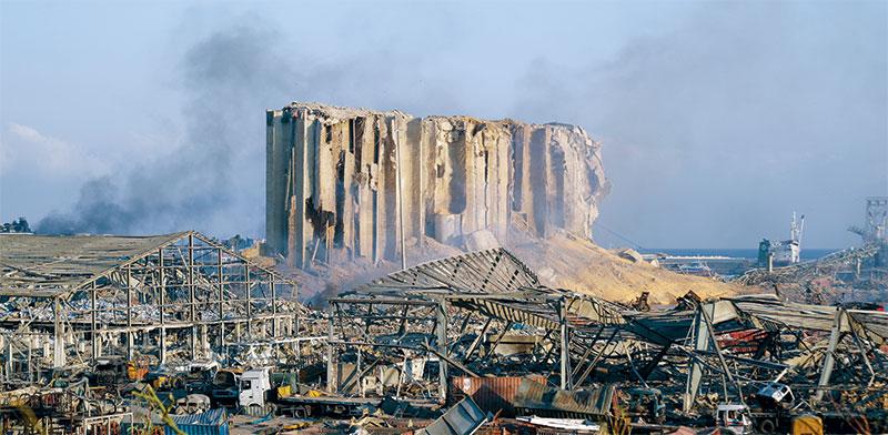 ביירות ביום הפיצוץ. שיקום הנמל יעלה עשרות מיליארדי דולרים / צילום: Hassan Ammar, Associated Press