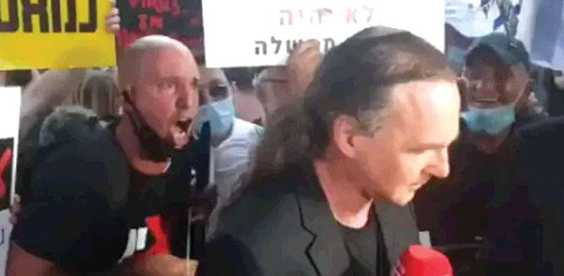 העיתונאי אבישי בן חיים מותקף בהפגנה מול בית ראש הממשלה. עיתונאים מותקפים ואף אחד לא עומד לדין / צילום: צילום מסך חדשות 13