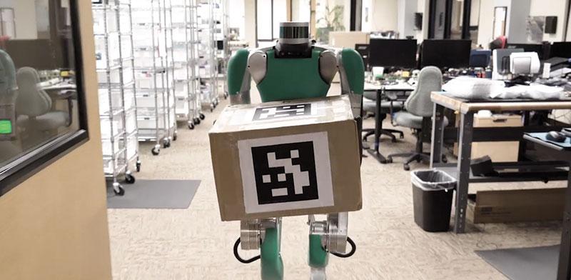 רובוט במחסני החברה. מסייע להתמודד עם הצורך בריחוק חברתי / צילום: מתוך סרטון של פדקס