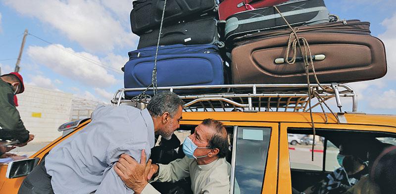 פלסטינים עוברים למצרים במעבר הגבול ברפיח שנפתח השבוע / צילום: רויטרס