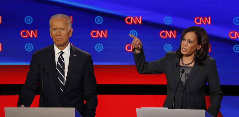 """האריס וביידן בעימות בין המתמודדים הדמוקרטים על מועמדות המפלגה לנשיאות ארה""""ב / צילום: Paul Sancya, Associated Press"""