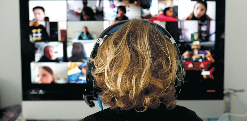 למידה מהבית / צילום:  REUTERS/Albert Gea
