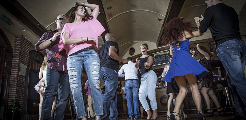 מסיבת סלסה במועדון / צילום: shutterstock, שאטרסטוק