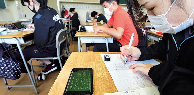 שיעור עם אפליקציית זום בתיכון ביפן / צילום: Naoki Haranaka, רויטרס