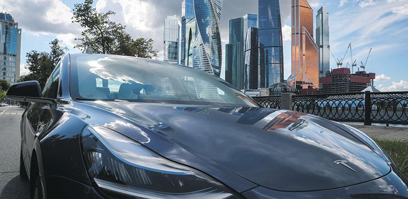 מכונית של טסלה ברוסיה. הצלחת החברה גוררת חברות בתחום החשמלי להנפיק בוול סטריט / צילום: EVGENIA NOVOZHENINA, רויטרס