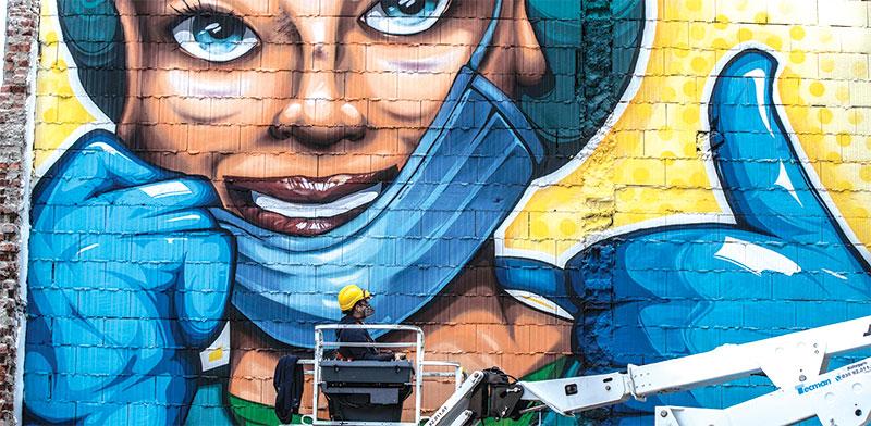 """ציור קיר שצויר באיטליה, שכותרתו """"לא לשכוח"""" / צילום: Luca Bruno, Associated Press"""