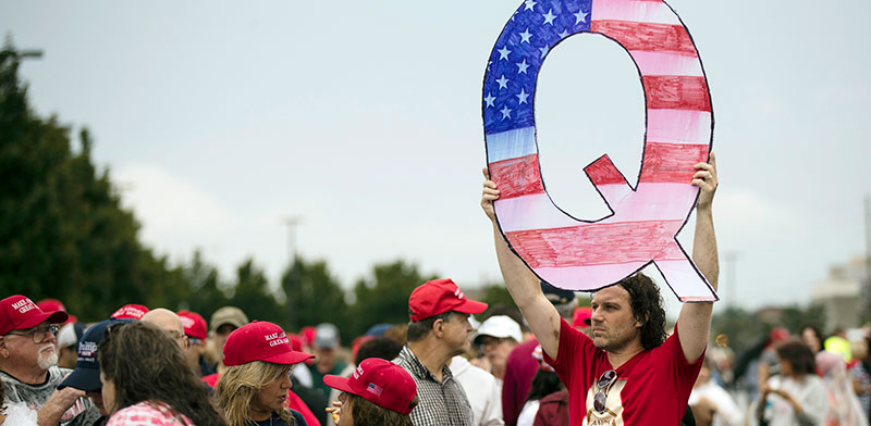 מפגין שתומך בקונספירציה בכנס של טראמפ. לא סתם עוד תיאוריה / צילום: Matt Rourke, Associated Press