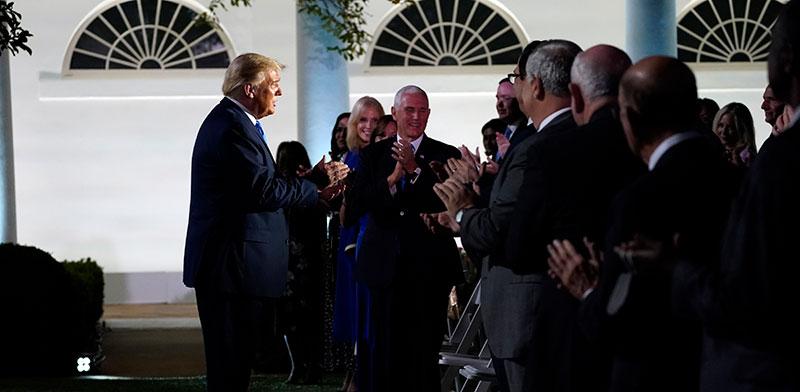 בכירי המפלגה הרפובליקאית מוחאים כפיים לטראמפ בהגיעו להאזין לנאום התמיכה של מלניה אשתו במועמדותו, ביום שלישי / צילום: Evan Vucci, Associated Press