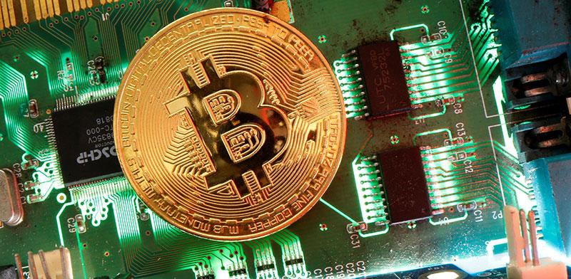 מטבע ביטקוין על לוח אם / צילום: Dado Ruvic, רויטרס