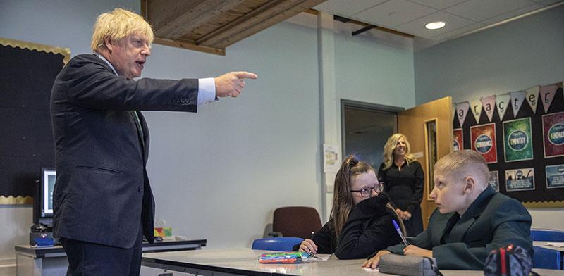 ראש ממשלת בריטניה בוריס ג'ונסון בבית ספר יסודי / צילום: Jack Hill, Associated Press
