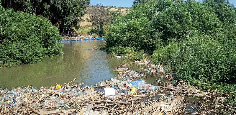 פסולת בנהר הירדן. כמות המטיילים והזבל הוכפלה השנה / צילום: ורה טרייטל