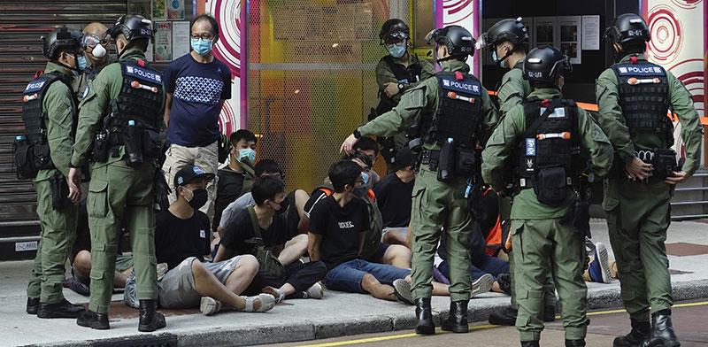 """מפגינים יושבים על הקרקע, עצורים ע""""י המשטרה בהונג קונג / צילום: Vincent Yu, Associated Press"""