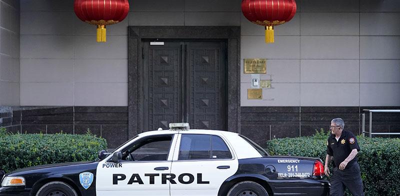 שוטרים מפטרלים סביב הקונסוליה הסינית ביוסטון, יום לאחר ההוראה האמריקאית על סגירתה ב־22 ביולי / צילום: David J. Phillip, Associated Press