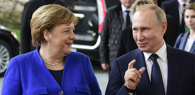 פוטין ומרקל בברלין, ינואר 2020. רוסיה טרם הגיבה לאיום הגרמני / צילום: Jens Meyer, Associated Press