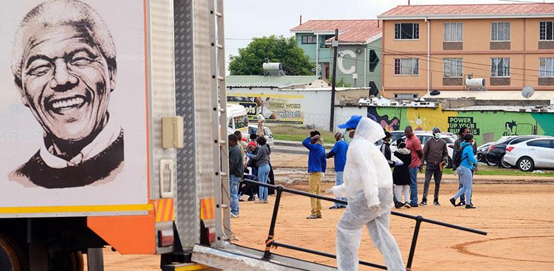 קליניקה ניידת לבדיקות קורונה בדרום אפריקה. נעשו מאמצים להגביר את הבדיקות בקרב חולי שחפת / צילום: Dino Lloyd, רויטרס