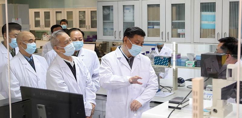 נשיא סין במכון המחקר הרפואי של הצבא בבייג'ין. לומד על התקדמות החיסונים לקורונה / צילום: Ding Haitao, Associated Press