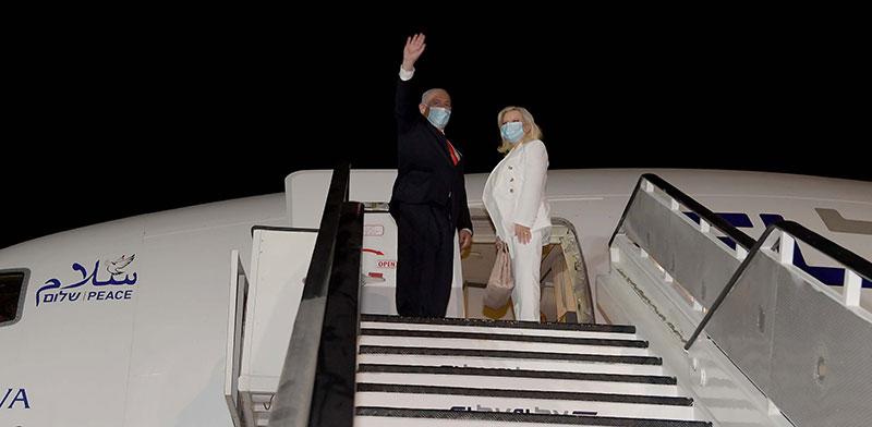 """ראש הממשלה בנימין נתניהו ורעייתו עולים למטוס לחתימת ההסכם בוושינגטון / צילום: אבי אוחיון, לע""""מ"""