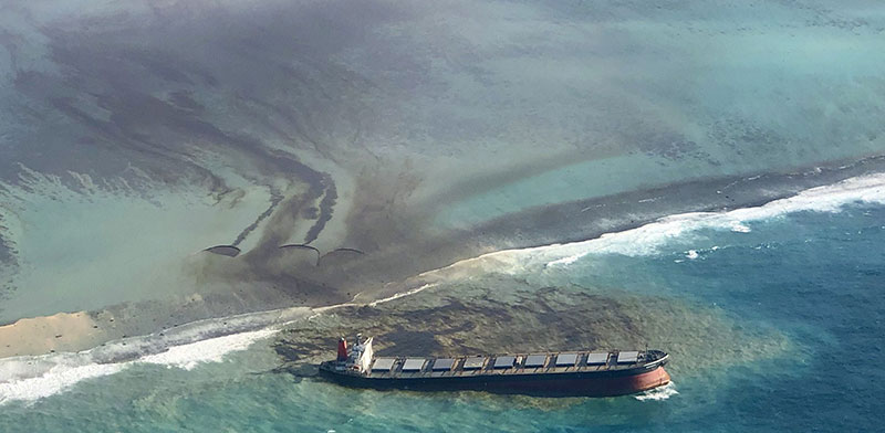 מכלית הנפט היפנית שקרסה מול מאוריציוס באוגוסט. תושבי האי לא יקבלו פיצוי מספק, אם בכלל / צילום: Eric Villars, Associated Press