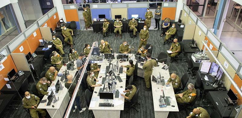 """מפקדת השליטה של צה""""ל למאבק בקורונה ברמלה. ממשיכים לעבות את המערך בחוקרים / צילום: דובר צה""""ל"""