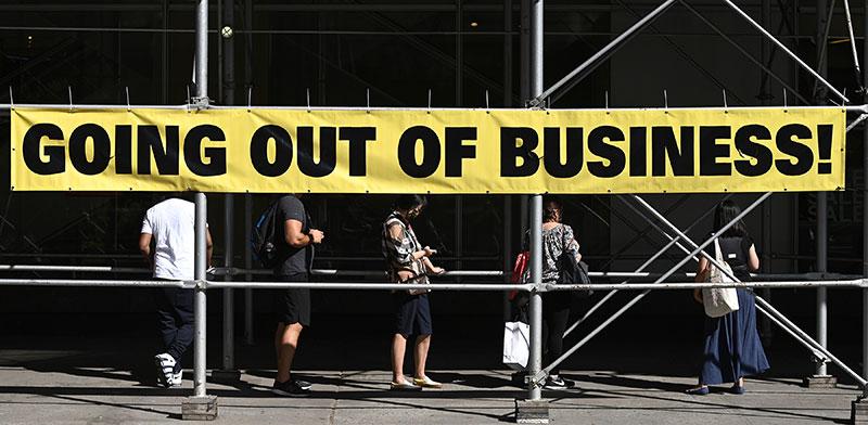 חנות של רשת סנצ'ורי 21 בניו יורק מכריזה על חיסול עסקיה. ההתאוששות של הכלכלה תיקח זמן / צילום: רויטרס