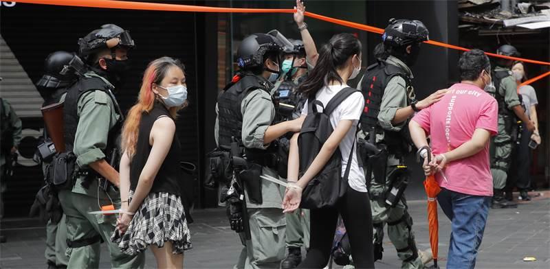 משטרת הונג קונג עוצרת מפגינים ברביעי לפי החוק החדש שנכנס לתוקף / צילום: Kin Cheung, AP