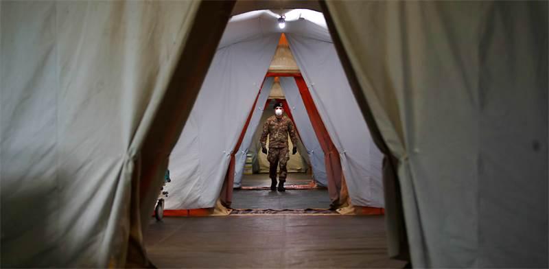 חייל בבית חולים שדה לחולי קורונה באיטליה / צילום: Antonio Calanni, AP