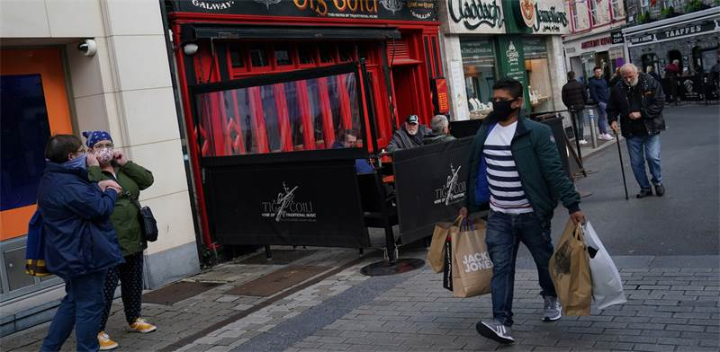אזרחים עם מסכות בעיר האירית גולוויי / צילום: CLODAGH KILCOYNE, רויטרס