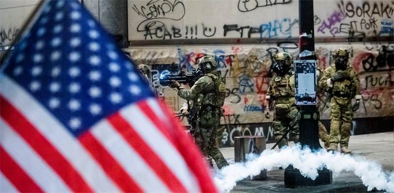 """הצבא מפזר הפגנה נגד אי-שוויון גזעי בארה""""ב / צילום: Noah Berger, AP"""
