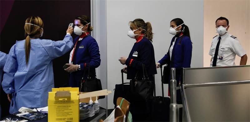בדיקות חום לצוות מטוס בריו דה ז'נרו / צילום: Ricardo Moraes, רויטרס