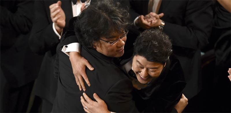 """הבמאי ג'ון בונג הו חוגג את זכייתו באוסקר על הסרט """"פרזיטים"""" / צילום: Chris Pizzello, AP"""