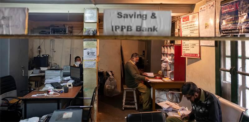 לוחמי החזית המפתיעים נגד הקורונה בהודו - עובדי הדואר / צילום: Ashwini Bhatia, AP