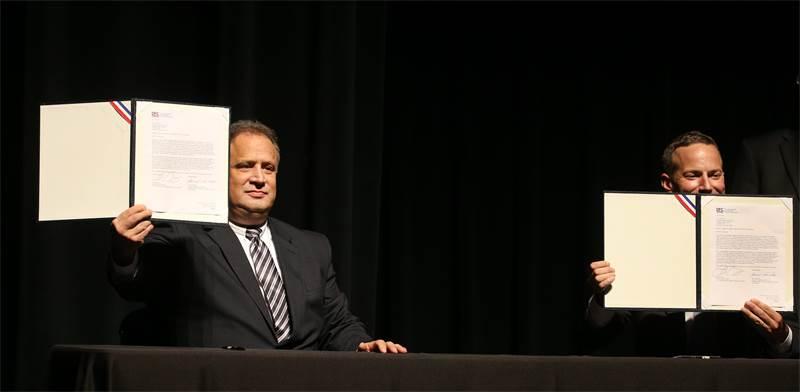 """יו""""ר קודאק ג'ים קונטיננזה חותם על עסקת ייצור תרופות / צילום: JAMIE GERMANO/ROCHESTER DEMOCRAT AND CHRONICLE via, רויטרס"""