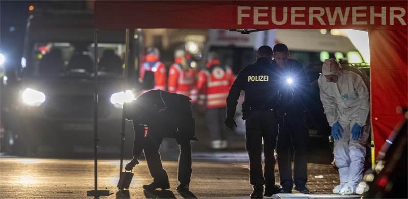 """המשטרה והמז""""פ הגרמניים חוקרת את זירת הירי  / צילום: מייקל פרובסט, AP"""