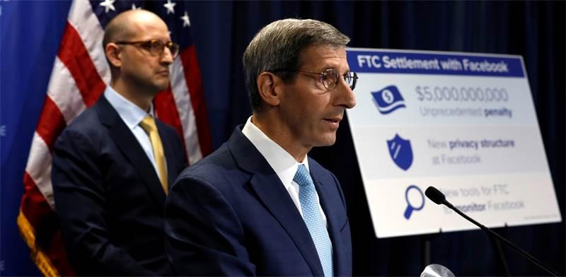 """ג'ו סימונס, יו""""ר ה-FTC / צילום: רויטרס"""