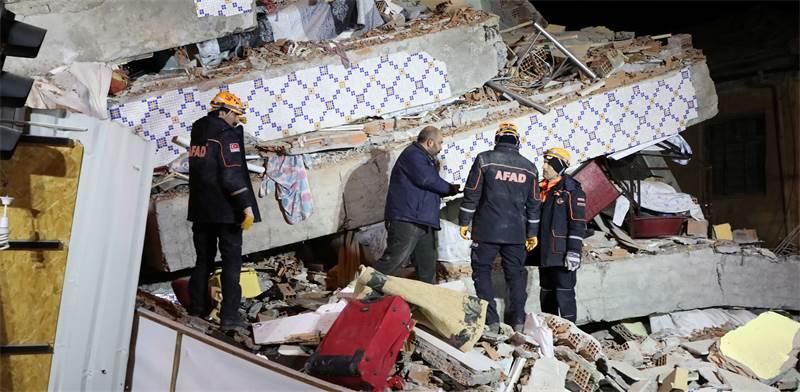 נסיונות חילוץ לאחר רעידת האדמה במחוז אלאזיג בטורקיה / צילום: Sertac Kayar, רויטרס