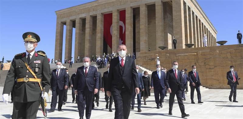 נשיא טורקיה רג'פ טאיפ ארדואן מבקר בקבר אטאטורק / צילום: Turkish Presidency, AP