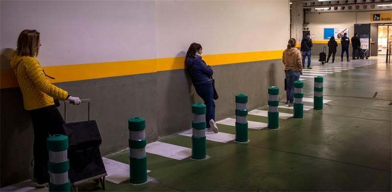 נשים מחכות בתור למכולת בברצלונה, ספרד / צילום: Emilio Morenatti, AP