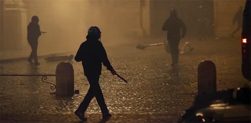 שוטרים מתעמתים עם מפגינים באיטליה בעקבות מחאות על צעדי הסגר / צילום: Alessandra Tarantino, AP