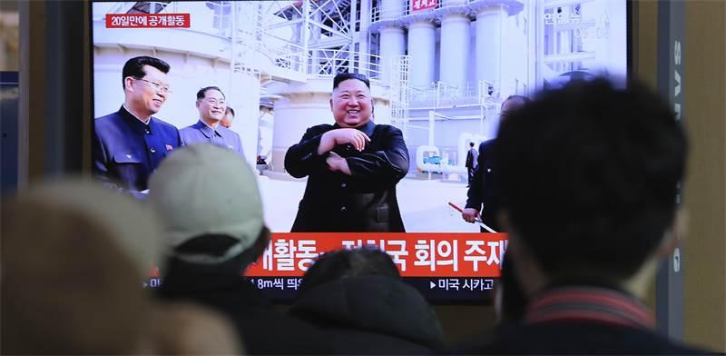 אנשים בסיאול צופים בדיווח על קים ג'ונג און / צילום: Ahn Young-joon, AP