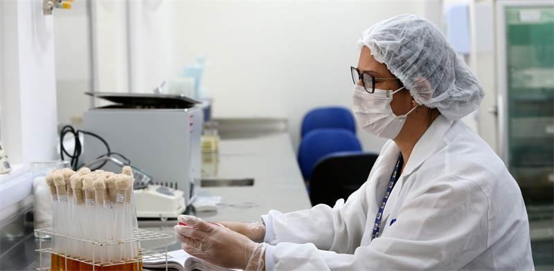 מעבדת ניסוי החיסון בקורונה של אסטרהזזנקה ואוקספורד בברזיל / צילום: Camila Souza / GOVBA / Latin America News Agency, רויטרס