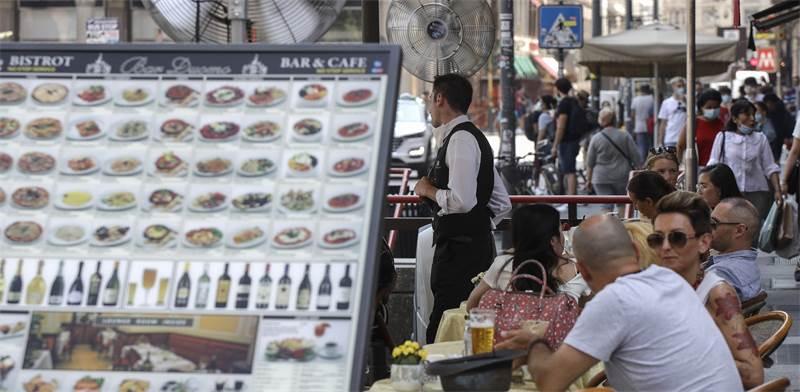 מבלים באיטליה בתקופת מגפת הקורונה / צילום: AP
