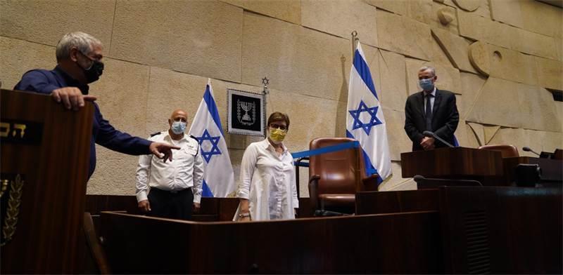 עובדי הכנסת מכינים את דוכן הנואמים למושב החורף / צילום: שמוליק גרוסמן, דוברות הכנסת