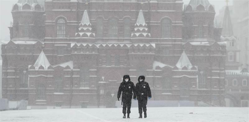 שוטרים צועדים בכיכר האדומה הריקה במוסקבה לאחר שהוטל סגר כללי על העיר / צילום: Pavel Golovkin, AP
