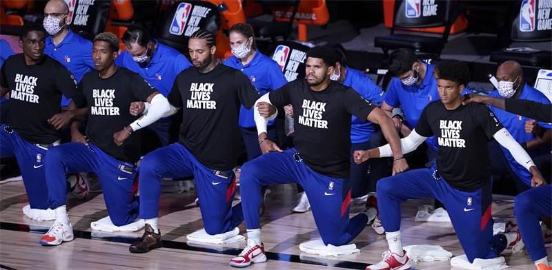 שחקני קבוצת הכדורסל Philadelphia 76ers כורעים ברך כהזדהות עם תנועת Black Lives Matter  / צילום: Ashley Landis, AP
