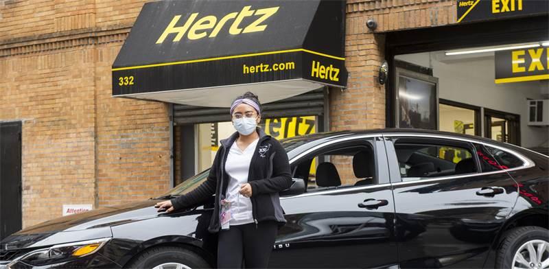 אחות ורכב שקיבלה מחברת הרץ בחינם, כסיוע לעובדי רפואה במשבר הקורונה / צילום: Diane Bondareff, Associated Press