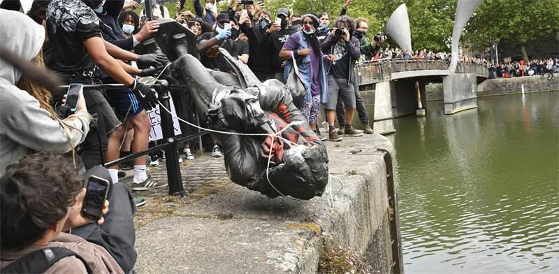 הפגנה בבריטניה שהסתיימה עם זריקתו של פסלו של אדוארד קולסטון לנהר / צילום: Ben Birchall , Associated Press
