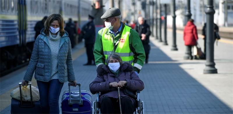 אזרחים רוסיים עם מסכות במוסקבה / צילום: AP Photo, AP