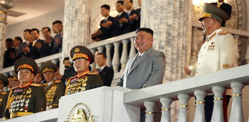 קים ג'ונג און לצד מפקדי הצבא בחגיגות 75 שנות קומוניזם בצפון קוריאה / צילום: KCNA, רויטרס