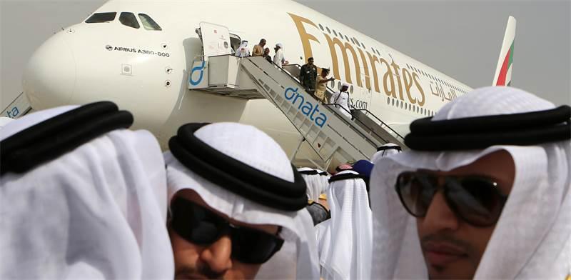 בכירים בענף התעופה באמירויות על רקע מטוס אייר אמירייטס / צילום: Kamran Jebreili, AP