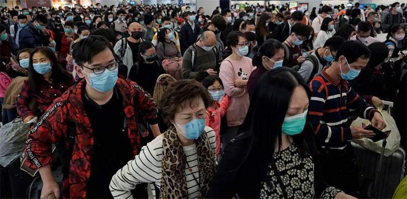 נוסעים בנמל התעופה בהונג קונג. אופן זרימת החדשות ישפיע על היקף השיתוק הכלכלי / צילום: AP - Kin Cheung